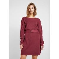 Missguided OFF SHOULDER BELTED MINI DRESS Sukienka dzianinowa raspberry earth red M0Q21C1CG