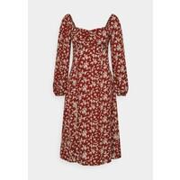 Missguided Petite MILKMAID SHIRRED BUST MIDI FLORAL Sukienka letnia red M0V21C0D4