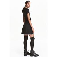 H&M Sukienka z dżerseju w prążki 0457275006 Czarny