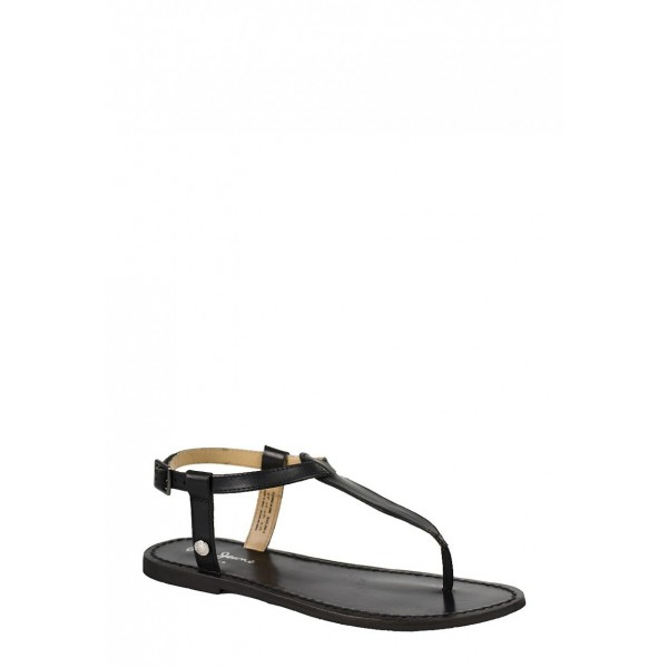 sandały z paskiem między palcami