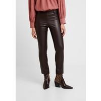 Carin Wester FREDDIE Spodnie materiałowe dark brown CW221A00B