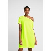 NA-KD OFF SHOULDER RELAXED Sukienka z dżerseju neon yellow NAA21C08Z
