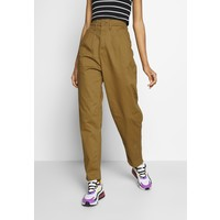 Levi's® PLEATED BALLOON Jeansy Relaxed Fit dull gold LE221N07A