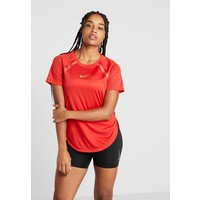 Nike Performance TOP GLAM T-shirt z nadrukiem university red/metallic gold N1241D10B