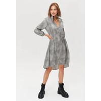 Monnari Połyskująca sukienka damska w mikroprint FEM-19J-DRW64416-K01X