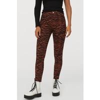 H&M Spodnie z diagonalu High Waist 0801384001 Brązowy/Tygrysie paski