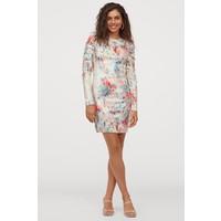H&M Wzorzysta sukienka z cekinami 0865705002 Kremowy/Róże