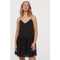 H&M Bawełniana sukienka z haftem 0854726001 Czarny