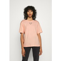 Monki TOVI TEE T-shirt z nadrukiem orange dusty light MOQ21D03J