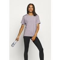 Under Armour SPORT GRAPHIC T-shirt z nadrukiem slate purple UN241D0FU