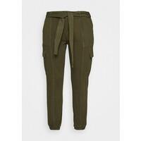 Glamorous Curve UTILITY TROUSER Spodnie materiałowe khaki GLA21A00L