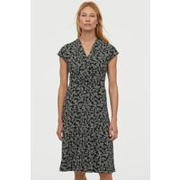 H&M Sukienka z dekoltem w serek 0859136006 Czarny/Kwiaty