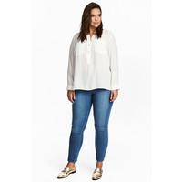 H&M H&M+ Elastyczne spodnie 0352811006 Niebieski denim
